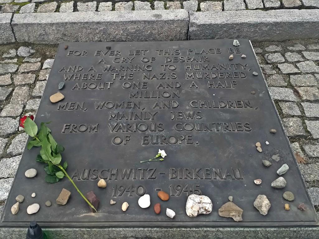 Mensagem de homenagem escrita em inglês no Monumento de Auschwitz | English written message at the Auschwitz Monument