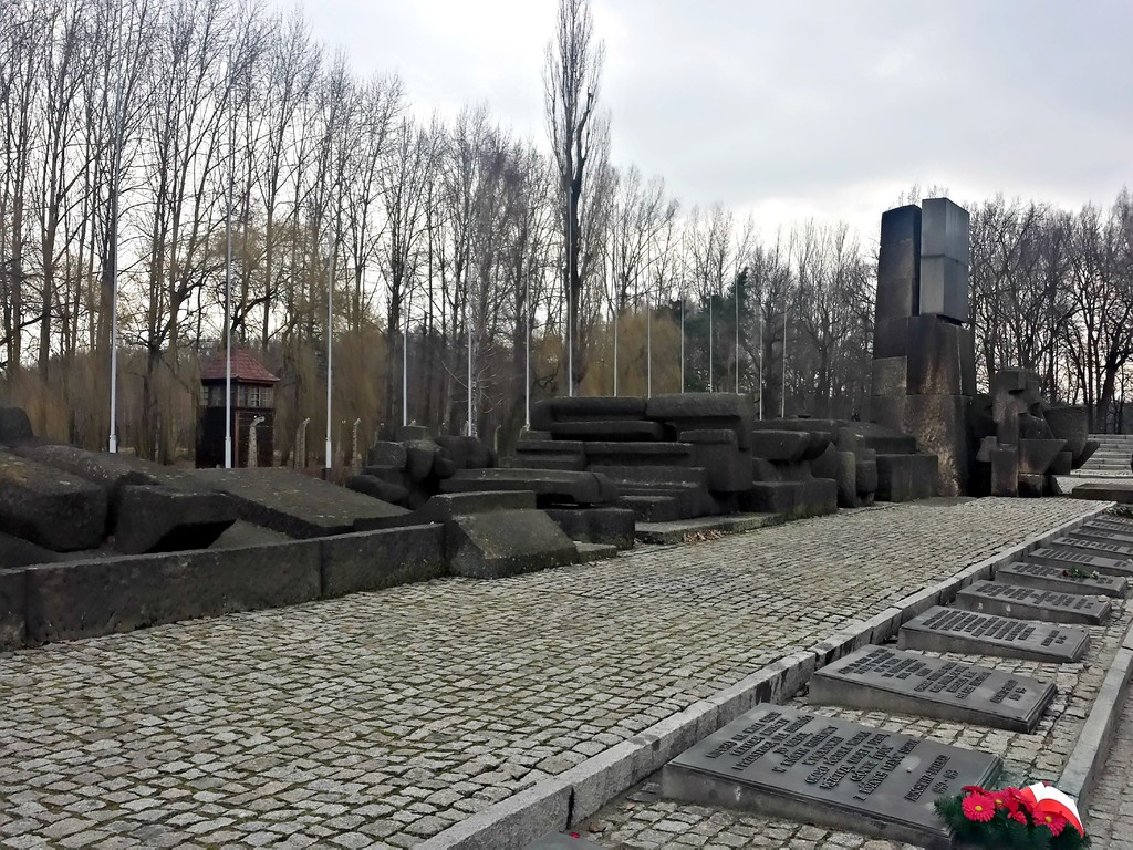 O memorial do Monumento de Auschwitz, onde os visitantes depositam flores e pedras | The Auschwitz Monument memorial, where visitors can leave flowers and stones as a sign of respect