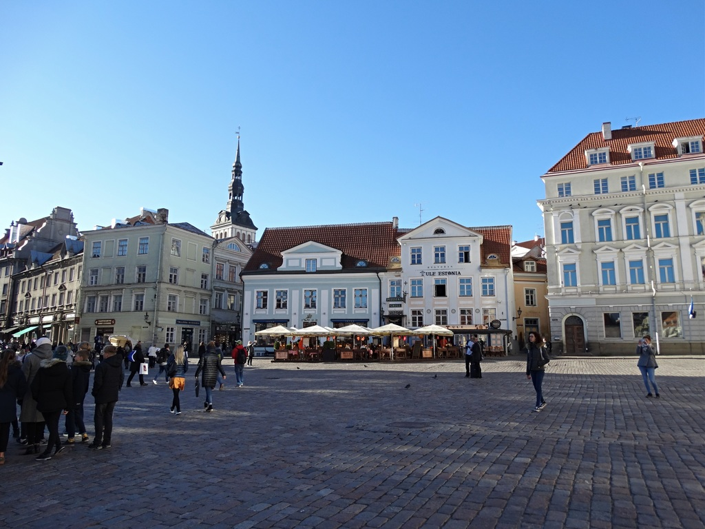 Praça movimentada no centro de Tallinn | Busy square in the centre of Tallinn