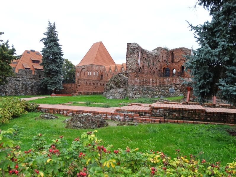 One day Torun itinerary - ruins of the city's castle surrounded by lugh greenery